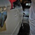 優しく手洗い洗車する様子